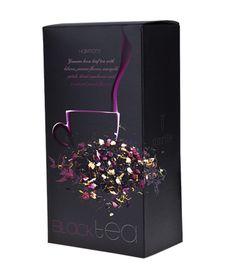 Aurile Harmony Černý čaj - sypaný čaj s přídavkem květů ibišku a jasmínu, měsíčku lékařského, sušených brusinek a přírodní broskvové příchuti. Vybraný Yunnan černý čaj s přídavkem květů jasmínu, měsíčku lékařského, ibišku a brusinkami má výraznou, osvěžující chuť a příjemné, jemné broskvové aroma. Jeho harmonickou chuť milují miliony lidí po celém světě. Černý čaj. Objem: 75 g