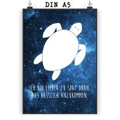 Poster DIN A5 Schildkröte aus Papier 160 Gramm  weiß - Das Original von Mr. & Mrs. Panda.  Jedes wunderschöne Motiv auf unseren Postern aus dem Hause Mr. & Mrs. Panda wird mit viel Liebe von Mrs. Panda handgezeichnet und entworfen.  Unsere Poster werden mit sehr hochwertigen Tinten gedruckt und sind 40 Jahre UV-Lichtbeständig und auch für Kinderzimmer absolut unbedenklich. Dein Poster wird sicher verpackt per Post geliefert.    Über unser Motiv Schildkröte  Schildkröten gelten als besonders…