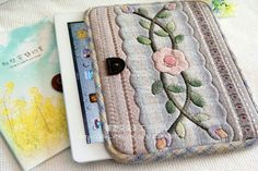 Funda tablet Japanese Patchwork, Japanese Quilts, Japanese Fabric, Macrame Bracelet Diy, Ipad Bag, Purse Tutorial, Tablet Cover, Quilted Bag, Fabric Bags