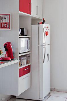 Cozinha sofisticada vestida de vermelho e branco
