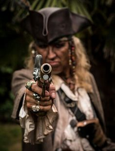 To pirando nos piratas tb, sera q fazemos uma nova pesquisa? 2 fantasias? Ou marinheiros sujos com elementos de pirata..?
