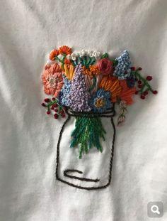 Blumenstickerei auf T-Shirt … – Stickerei Embroidery Art, Cross Stitch Embroidery, Embroidery Patterns, T Shirt Embroidery, Diy Clothes Embroidery, Eyeliner Embroidery, Creative Embroidery, Simple Embroidery, Hand Embroidery Designs