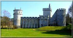 Dans le département de l'Indre, proche de la commune de Lignac, un curieux château se dore au soleil. Son nom : Châteauguillaume. Entre le 11ème siècle (date de sa construction ) et le 19ème (siècle de Viollet le Duc), ces bâtiments ont été modifiés et modernisés. Pourtant sa puissance médiévale est intacte.