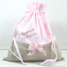 Sacchetto Primo Cambio personalizzabile femminuccia classico - Pupezza Felt Quiet Books, Baby Accessories, Bandana, Drawstring Backpack, Baby Gifts, Creations, Backpacks, Table Decorations, Children