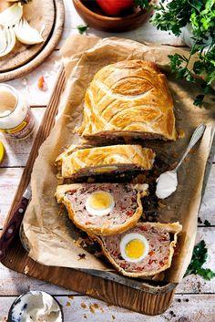 Pieczeń z białej kiełbasy z jajkiem w cieście - jak zrobić? Przepisy na WINIARY Turkey, Easter, Meat, Food, Turkey Country, Easter Activities, Essen, Meals, Yemek