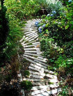Love, love, love this garden path. This one uses stone or cement. I think this would translate into wooden pallet planks very well.
