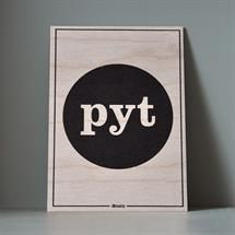 Træskilt i finer med teksten PYT