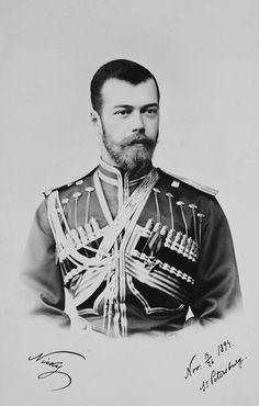"""Nicholas II, Imperador da Rússia. Ele está vestindo uniforme militar e está olhando um pouco para a direita. A fotografia contém a anotação 'Nicky' e 'novembro 14/26 1894 St Petersburg """"nos cantos inferiores."""