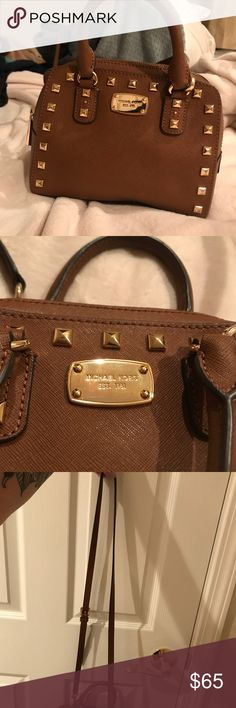 Cross body The bag it's is in perfect condition. The inside has a little bit of lipstick marks but I will try to remove it (:              I posted a picture of the bag model, so that everyone knows it is authentic 💘 Michael Kors Bags Crossbody Bags