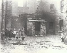 Barefooted children in the dirty and damp streets of the Gorbals, Glasgow, 1912 (Photo: Tony Currie) Scotland History, Glasgow Scotland, Edinburgh, Gorbals Glasgow, The Gorbals, Old Pictures, Old Photos, Bubonic Plague, Scottish Islands