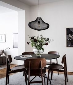 Stylish home in beige and brown - via Coco Lapine . - - - Stylish home in beige and brown - via Coco Lapine . Dining Room Paint Colors, Dining Room Design, Dining Room Inspiration, Home Decor Inspiration, Scandinavian Interior, Modern Interior, Esstisch Design, Dining Room Table Centerpieces, Beautiful Dining Rooms