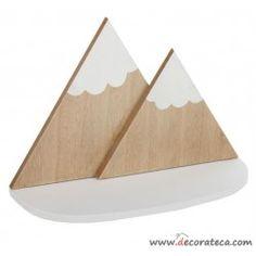 Estante de madera de pared con forma de montaña con picos nevados. Realizado en madera natural y color blanco. Decoración infantil nórdica - WWW.DECORATECA.COM