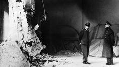Beim Rundgang durch die Ruinen der Reichskanzlei entstanden im April 1945 die letzten Aufnahmen Adolf Hitlers (r.). Als die Rote Armee nur noch wenige Meter vom Führerbunker entfernt war, zog sich Hitler mit seiner Frau zurück. Was dann geschah, ... - picture alliance / ASSOCIATED PR
