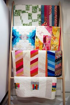 Quilt Ladder Display - Create a beautiful presentation with your quilts using a smart and simple wood craft from Stocker, wise craft. Show off your quilt patterns in any room in your house! Quilt Ladder, Diy Blanket Ladder, Blanket Rack, Quilt Hangers, Quilt Racks, Ladder Display, Ladder Decor, Quilt Display, Quilt Storage