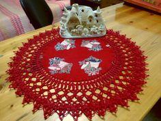 Red Christmas Certerpiece. Hermoso centro de mesa con borde a crochet.