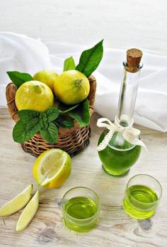 Liquore alla menta e limone Love Food, A Food, Food And Drink, Limoncello, Wine Recipes, Cooking Recipes, Homemade Liquor, Tea Cocktails, Make Banana Bread