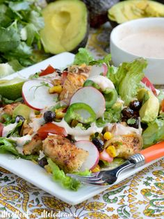 Loaded Southwest Chicken Salad is bursting with spicy seasoned chicken, black beans and roasted corn and topped with an easy salsa ranch dressing. Your taste buds will definitely approve! Salad Recipes For Dinner, Easy Salad Recipes, Chicken Salad Recipes, Salsa Ranch, Kids Meals, Easy Meals, Bbq Appetizers, Counting Carbs, Southwest Chicken
