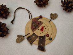 Use paper instead of material and turn it into a cute Christmas tag. Christmas Ornament Crafts, Snowman Crafts, Felt Ornaments, Christmas Projects, Holiday Crafts, Christmas Decorations, Primitive Crafts, Primitive Christmas, Craft Show Ideas