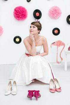noni- rocknroll Brautkleid mit farbigem Tüllrock in orange und farbigen Brautschuhen in pink und rosé (Foto: Le Hai Linh, Violeta Pelivan, Hanna Witte) (http://www.noni-mode.de)