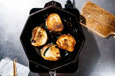 Tender spinach and melted gooey mozzarella sandwiched between buttered and grilled pretzel roll slices. Pretzel Bread, Pretzel Rolls, Shrimp Sandwich, Food Porn, Grilled Cheese Recipes, Cast Iron Recipes, Cast Iron Cooking, Vegetarian Cheese, Mozzarella