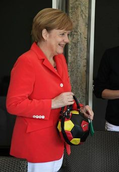 L'esultanza della Merkel: politici e star alla finale mondiale Great Women, Amazing Women, Wm Finale 2014, Image Foot, Womens Month, Foot Photo, Iconic Women, World Cup, Canada Goose Jackets