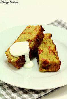 Ziemniaki, cebula i boczek – kilka prostych składników i bardzo smakowite danie gotowe. Zapieczone i podane z kleksem kwaśnej śmietany smak...