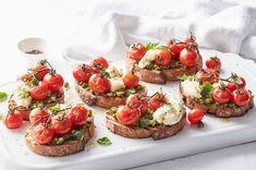Tomato Bruschetta, Bruschetta Recipe, Tomato Mozzarella, Tostadas, Roasted Tomatoes, Appetisers, Yummy Appetizers, The Fresh, Vegetable Recipes