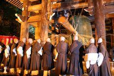 <來關西聽108次除厄鐘聲響 快樂的迎接嶄新的一年>  京都、大阪的人跨過舊年,迎接新年的那一夜最重要的就是吃完團圓飯之後,出門頂著室外的寒風低溫,到寺廟與眾人齊聚一起,住持與和尚們的頌經祈福,接著等待千斤大鐘被敲響的那一刻,聆聽108次除厄鐘聲響,鐘聲遠播古都內的每一處,正式宣告新的一年的來到,把舊年一切不如意的事拋開,快樂的迎接嶄新的一年,意義非凡。