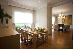 Apartamento foi projetado com espaços sociais amplos e que acomodassem a família toda. A decoração clássica foi assinada pelo escritório AR Arquitetura