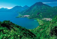 si parte con una piccola barca a motore per un escursione sul Lago Atitlan, considerato uno dei laghi più pittoreschi al mondo, circondato da vulcani e montagne verdi a picco sul lago. ...