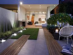 Urban Garden Design Small space Backyard with Garden - Anyone who has a small garden realizes their small garden space can be both a blessing and a curse. Cursed because you just will not have all the room to plant every garden bloom and. Garden Spaces, Modern Garden Design, Patio Design, Small Space Gardening, Garden Design, Modern Landscaping, Contemporary Patio