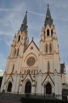John the Baptist Cathedral Photo by Amy Larson Downtown Savannah, Savannah Chat, John The Baptist, Barcelona Cathedral, Notre Dame, Amy, Building, Travel, Viajes