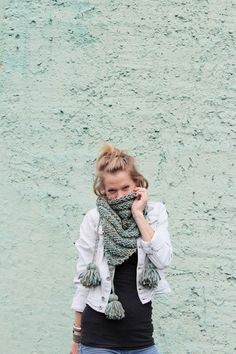 Das süße Dreieckstuch wurde in klassisch gestreiftem Muster gestrickt. An jedem Ende hat es dicke Bommeln, die durch geflochtene Wolle am Tuch befestigt sind :) Das Tuch wärmt dich an kalten Tagen und hübscht dein Outfit auf. Du kannst es als Schal zu vielen verschiedenen Oberteilen und Jacken tragen.