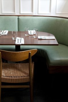 Fixed banquette restaurant booth seating Restaurant Banquette, Restaurant Booth Seating, Kitchen Booths, Kitchen Seating, Banquettes, White Furniture, Furniture Design, Plywood Furniture, Luxury Furniture
