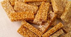 Til ki Chikki: A crunchy snack made with sesame seeds and sugar, perfect to satisfy your mid-meal cravings. Indian Sweets, Indian Snacks, Indian Food Recipes, Puerto Rico, Edible Gifts, Granola, Cravings, Sweet Treats, Tasty