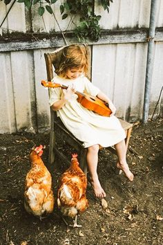 I'm sure when i have a little girl, she will play ukulele for the chickens like this. So cute Country Life, Country Girls, Country Music, Lifestyle Fotografie, Down On The Farm, Jolie Photo, Coq, Little People, Farm Life