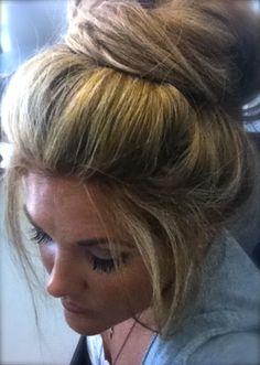 hair in a big loose bun Good Hair Day, Great Hair, Messy Hairstyles, Pretty Hairstyles, Hair Today, Hair Dos, Gorgeous Hair, Hair Hacks, Hair Inspiration