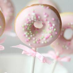 Doughnuts to go Witzige Idee für kleine Prinzessinnen The post Doughnuts to go & Backen: Donuts appeared first on Essen und trinken . Donut Birthday Parties, Donut Party, Comida Para Baby Shower, Mini Doughnuts, Doughnut Cake, Baby Party, First Birthdays, Cupcake Cakes, Candy