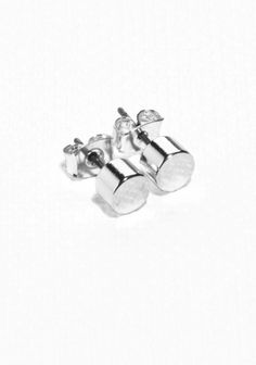 Clean and simple, these small stud earrings have a round shape and a versatile style.