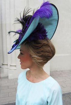 Espectacular tocado de Cherubina #hat #pamelas #invitadas #weddingguest #tendenciasdebodas Millinery Hats, Fascinator Hats, Headpiece, Fascinators, Fancy Hats, Cool Hats, Derby Attire, Christmas Scarf, Classic Hats