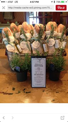 Rehearsal dinner: French bread loaves tied w/mini olive oil bottles & rosemary sprigs. Lovely & fragrant favors or hostess gift! Wein Parties, Olive Oil Bottles, Food Gifts, Food Presentation, Homemade Gifts, Diy Gifts, Holiday Parties, French Dinner Parties, Holiday Gifts