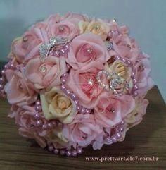 Lindo Bouquet de broches, produzido com rosas super delicadas de e.v.a. em tons de rosa, champanhe e lilás, as pétalas fininhas como uma pétala de rosa natural, aparência e textura super próximas às rosas naturais! <br> <br>Detalhes do Bouquet: <br>* possui 19cm diâmetro e 29cm altura <br>* broches, pérolas e pontos de luz. <br>* Folhagens na base do buquê <br>* Tule na base do buquê <br>* Fitas de cetim envolvendo a haste <br>* Laço duplo de cetim com um lindo brochinho. <br> <br>Os…