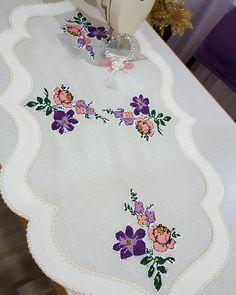 #ranir🌹 buda obirbirinden güzel kumaşlarını kullandığım Bursada bir numara kumaşcılarım Erol ile Vedata gelsin değerli kumaşçım İyi sergiler GÜNHAN MANİFATURA 👈👍🏻benim işlerime hitap eden kumaşlarınız için çok Teşekkürker 👏👏🌹 Cutwork Embroidery, Machine Embroidery, Linen Napkins, Couture, Diy And Crafts, Shabby Chic, Cross Stitch, Quilts, Patchwork Quilting