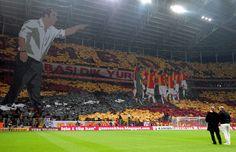 Türk Telekom Arena stadında oynanan Beşiktaş derbisinden önce,  Galatasaray taraftarı harika bir tribün şovu yaptı.