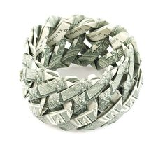 Te zien tijdens #CODAPaperArt 2015: de indrukwekkende sieraden van Tine de Ruysser, die zijn gemaakt van #bankbiljetten. Handig tijdens het shoppen, want als de sieraden uit elkaar gevouwen zouden worden, zijn de bankbiljetten gewoon weer te gebruiken. Net als bij gouden sieraden pronk je op deze manier met de waarde ervan, waarmee dit werk vragen over geld en hebzucht oproept.  Meer foto's van haar werk: www.coda-apeldoorn.nl/en/nederlandbelgi%C3%AB/