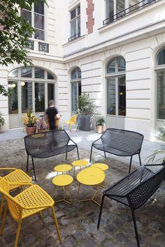 Le projet pour Roland Berger Tech Ventures, situé rue de Lisbonne dans le 8ème arrondissement de Paris, a été dessiné, pensé et conçu par deux créatifs : Charlotte Vinet et Romaric Le Tiec, qui officialisaient ici leur première collaboration.  Sur les 240m2 de ce réaménagement, Roland Berger souhaitait un projet sur mesure se différenciant de l'existant. Avec des traitements plus ou moins importants suivant les espaces, les dessins du duo se devaient d'être la signature de ce nouveau lieu… Journal Du Design, Paris Arrondissement, Architecture, Patio, Outdoor Decor, Charlotte, Tech, Home Decor, Thinking About You