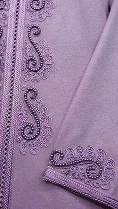 أخر موديلات الجلابة المغربية 2020 Hand Embroidery Dress, Embroidery Neck Designs, Embroidery Patterns Free, Beaded Embroidery, Embroidery Stitches, Sewing Patterns, Lace Tape, Moroccan Dress, Machine Embroidery Projects