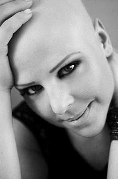 #alopecian and musician #Nell Byrden does not surrender to her disease.