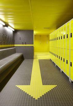 peinture jaune lustrée au plafond et casiers en harmonie avec jaune des carreaux