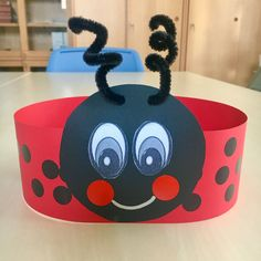 Aula de 2 años. Corona de mariquita. #mariquita #ladybug #craftsforkids #manualidadesinfantiles Easy Crafts For Kids, Summer Crafts, Fun Crafts, Diy And Crafts, Paper Crafts, Baby Bug, Red Day, Art Drawings For Kids, Crazy Hats